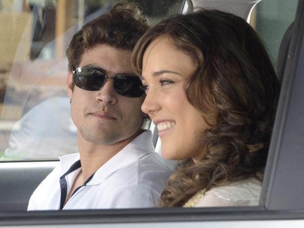 Antenor tenta se reaproximar de Patrícia, mas a moça é irônica com ele (Foto: Fina Estampa/TV Globo)