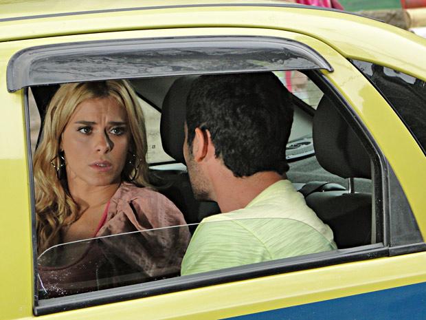 Teodora tenta se explicar ao ser flagrada por Wallace (Foto: Fina Estampa/TV Globo)