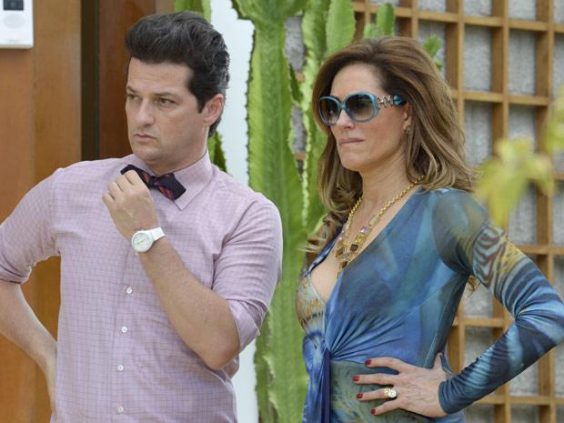 Tereza Cristina percebe que é Antenor o rapaz ao lado de Patrícia (Foto: Fina Estampa/TV Globo)