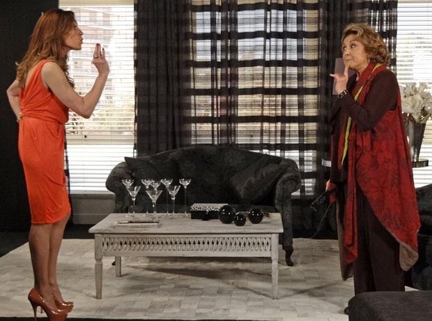 Tereza Cristina diz que a tia nunca terá coragem de revelar seu segredo (Foto: Fina Estampa/TV Globo)