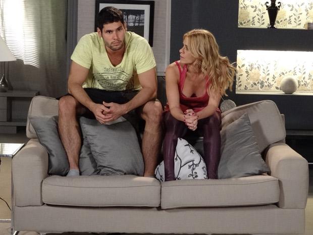 Teodora tenta convencê-lo a desistir de lutar (Foto: Fina Estampa/TV Globo)