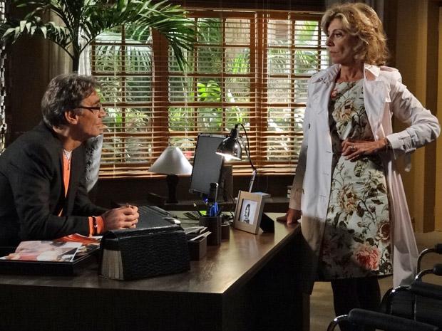 Maruschka fala com Alberto no escritório (Foto: Aquele Beijo/TV Globo)