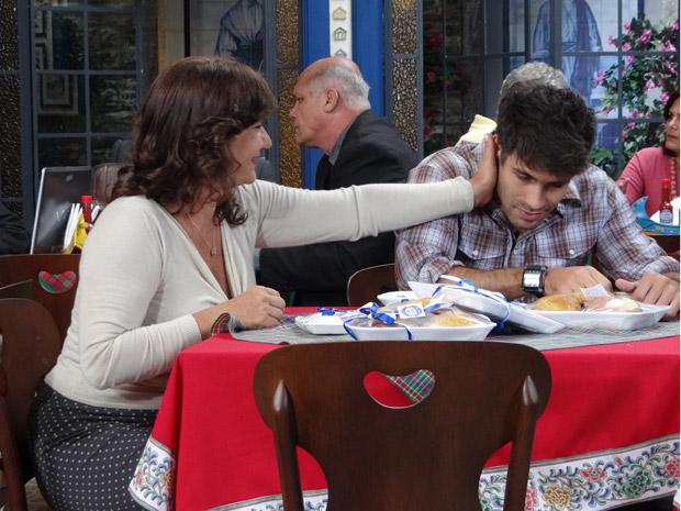 Amália conforta Sebastião depois de mais uma bronca da mãe (Foto: Aquele Beijo/TV Globo)