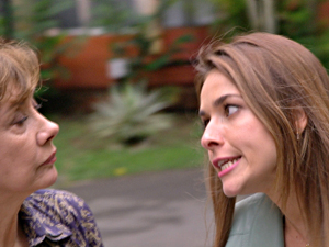 Beatriz não se intimida e enfrenta a avó do menino (Foto: Fina Estampa/TV Globo)