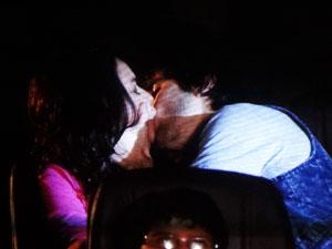 O casal se beija no cinema (Foto: Aquele Beijo / TV Globo)