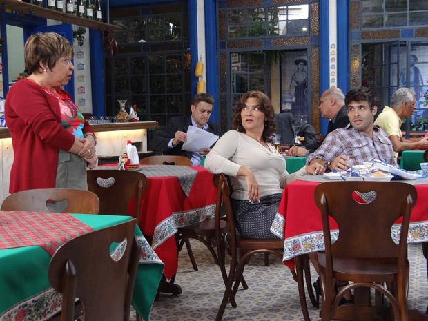 Brites briga com Sebastião por ele contar com a sorte (Foto: Aquele Beijo/TV Globo)