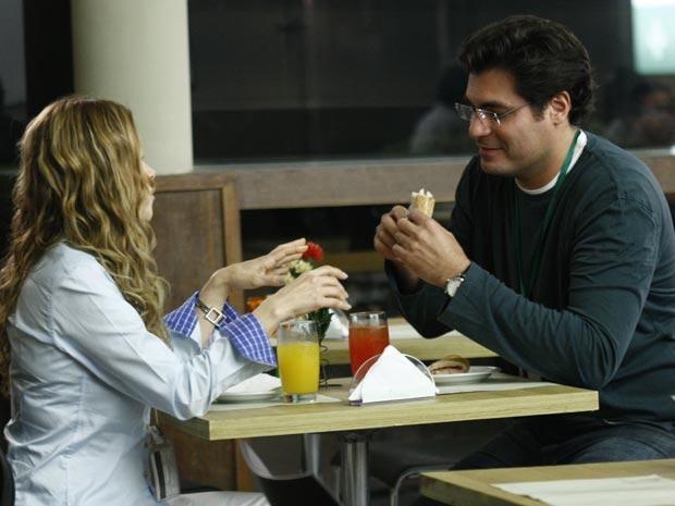 Em intervalo do plantão, os médicos falam sobre gravidez e caso de Ana (Foto: A Vida da Gente/TV Globo)