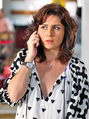 Claudia fica pasma com a notícia (Foto: Aquele Beijo/TV Globo)