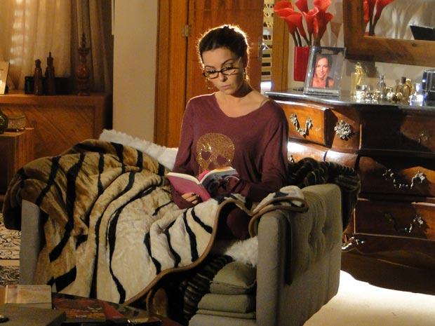 Nada mais de sensualidade, Cris agora usa óculos de leitura e roupas folgadas (Foto: A Vida da Gente/TV Globo)