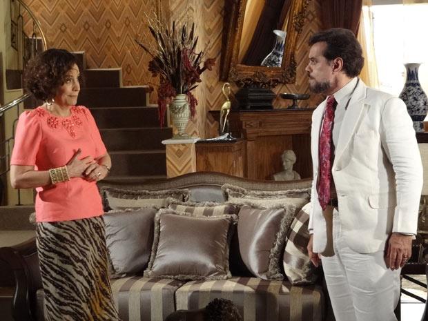 Locanda entende rapidinho que Damiana terá que ser tratada a pão-de-ló (Foto: Aquele Beijo/TV Globo)