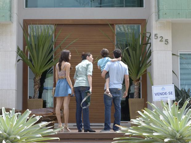 Griselda mostra a mansão à sua família (Foto: Fina Estampa / TV Globo)