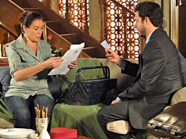 Griselda dá o cheque e assina a promessa de compra e venda (Foto: Fina Estampa/TV Globo)
