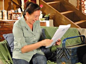 Griselda se sente realizada ao garantir compra da mansão (Foto: Fina Estampa/TV Globo)