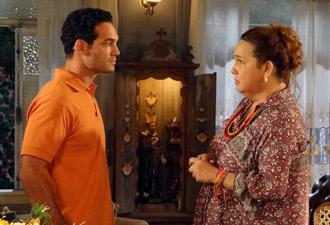 Iara recebe mais um cliente especial (Foto: Aquele Beijo/TV Globo)
