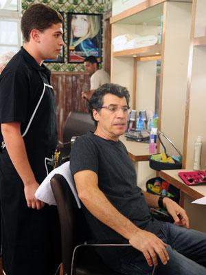 Jonas vai ao salão para pintar o cabelo e parecer mais jovem (Foto: A Vida da Gente - Tv Globo)