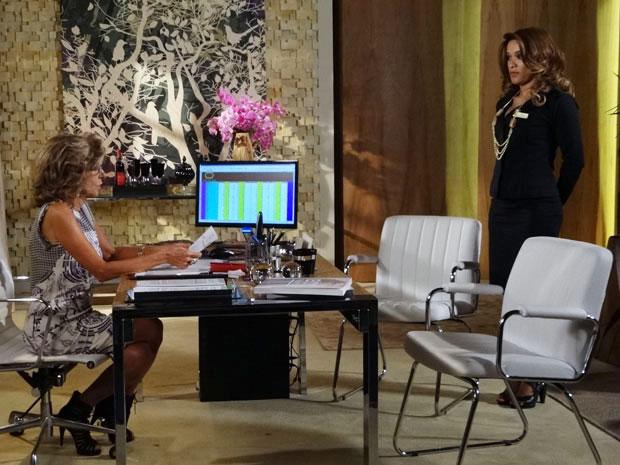 Maruschka promove Grace Kelly em troca de informações (Foto: Aquele Beijo / TV Globo)