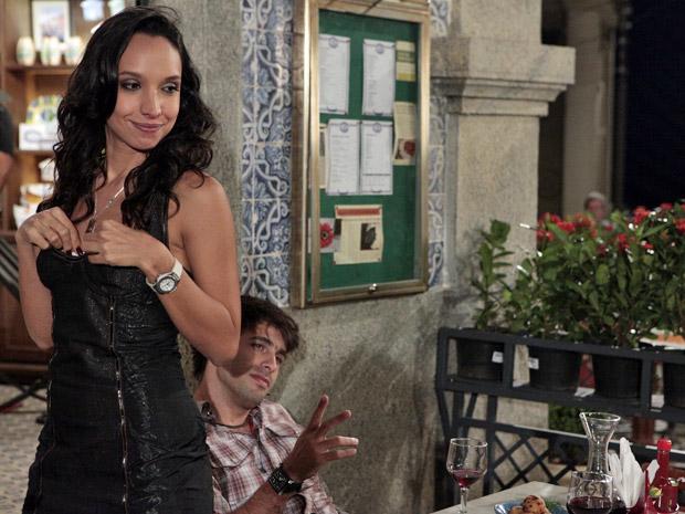 Raíssa rouba bilhete de loteria de Sebastião (Foto: Aquele Beijo/TV Globo)