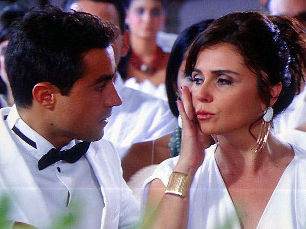 Claudia não aguenta e começa a chorar durante casamento de Lucena (Foto: Aquele Beijo/TV Globo)