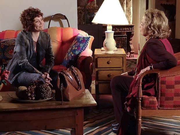 Íris conta a Alice qual é o grande segredo de Tereza Cristina (Foto: Fina Estampa / TV Globo)