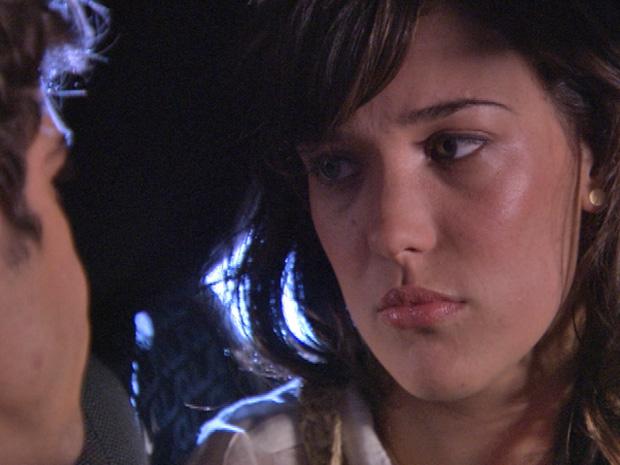 Patrícia desabafa com Antenor após brigar com a mãe (Foto: Fina Estampa/TV Globo)