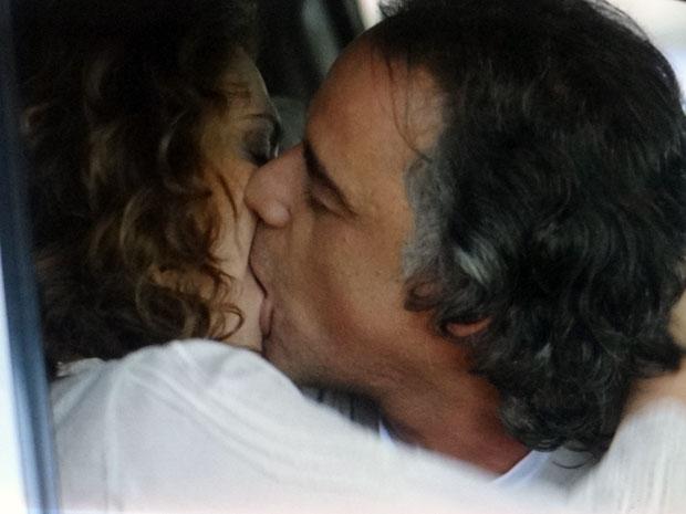 Marcos e Dora se beijam pela primeira vez (Foto: A Vida da Gente - Tv Globo)