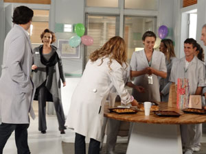 Eva interrompe festa surpresa e pede desculpa por atrapalhar Lúcio (Foto: A Vida da Gente - Tv Globo)
