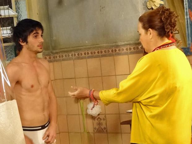 Fiuk e Claudia Jimenez se divertem nas gravações de Aquele Beijo (Foto: Aquele Beijo/TV Globo)
