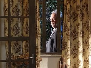 O mafioso escuta tudo (Foto: Fina Estampa / TV Globo)