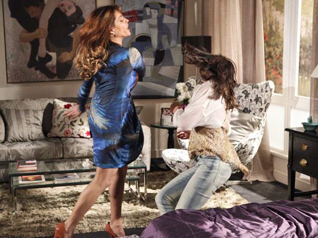 Tereza Cristina parte para cima da filha ao ser chamada de louca (Foto: Fina Estampa/TV Globo)