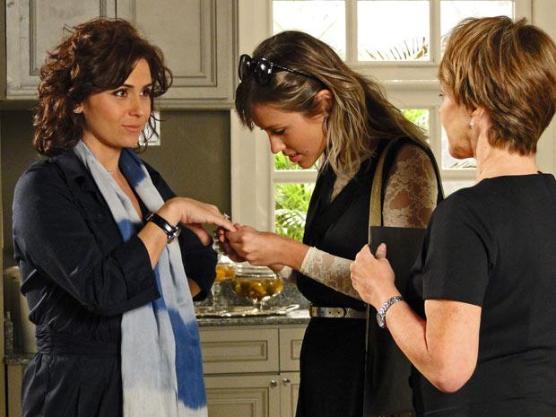 Brigitte olha anel de noivado de Claudia (Foto: Aquele Beijo/TV Globo)