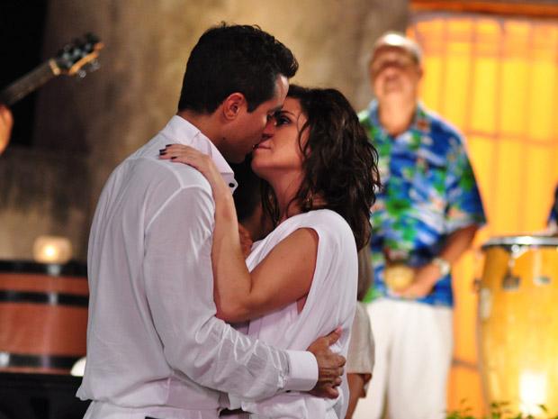 Claudia e Vicente se beijam (Foto: TV Globo / Estevam Avellar)