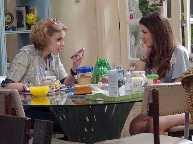 Sofia liga para Babi e conta que vai levar Alexia para se tratar no Canadá (Foto: Malhação / TV Globo)
