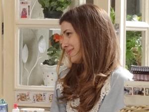 Cristal fica feliz com a notícia (Foto: Malhação / TV Globo)