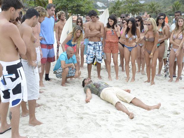 O pessoal da praia fica curioso com a aparição de Enzo (Foto: Fina Estampa/TV Globo)