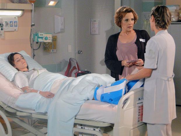 Eva proíbe a enfermeira de tocar o CD para Ana (Foto: A Vida da Gente - Tv Globo)