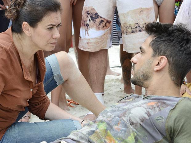 Griselda tenta entender por que o rapaz falou seu nome (Foto: Fina Estampa/TV Globo)