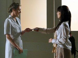 Manu entrega o CD para enfermeira (Foto: A Vida da Gente - Tv Globo)