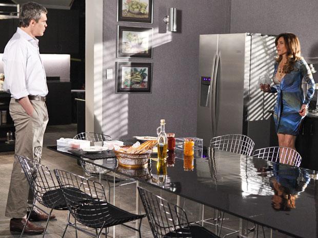 Tereza Cristina toma copo d'água para se tranquilizar do surto (Foto: Fina Estampa/ TV Globo)