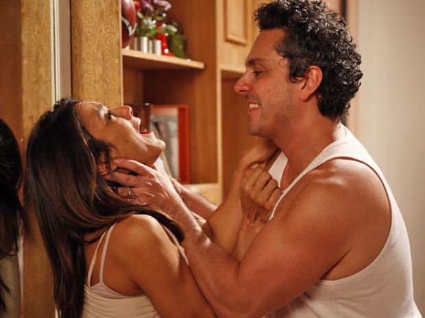 Baltazar sufoca Celeste e promete que irá matá-la (Foto: Fina Estampa/ TV Globo)