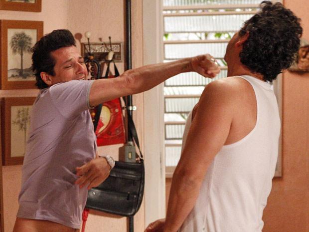 Crodoaldo Valério chama Baltazar para briga e livra Celeste da morte (Foto: Fina Estampa/ TV Globo)