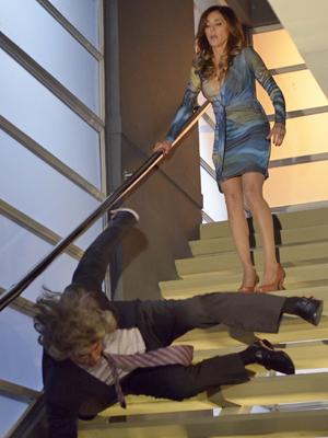 Tereza empurra o mafioso pela escada (Foto: Fina Estampa/ TV Globo)