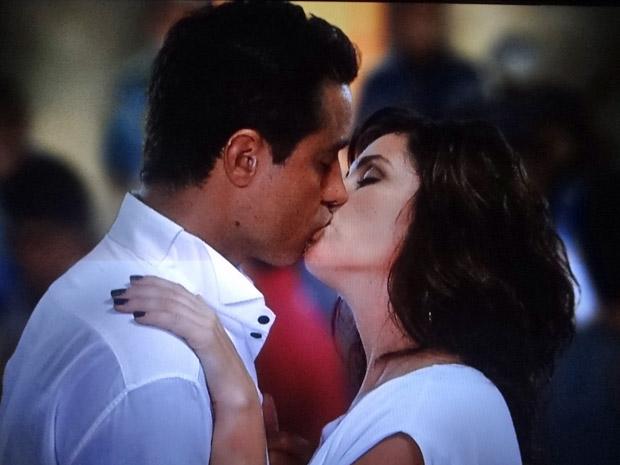 Claudia e Vicente naquele beijo (Foto: Aquele Beijo/TV Globo)