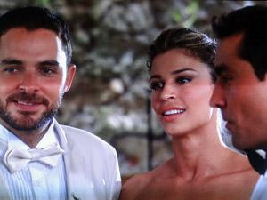 Lucena não consegue esconder a decepção de ver Vicente com Claudia (Foto: Aquele Beijo/TV Globo)