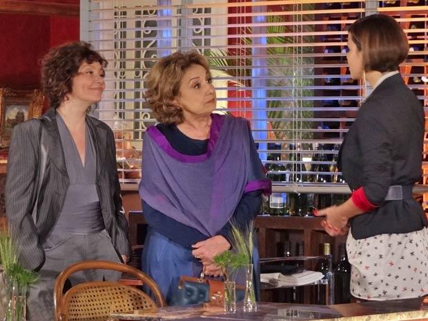Vanessa pergunta a Alice e Íris se elas têm reserva (Foto: Fina Estampa / TV Globo)