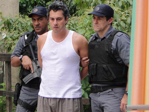 Baltazar é preso após partir para cima de Celeste (Foto: Fina Estampa/TV Globo)