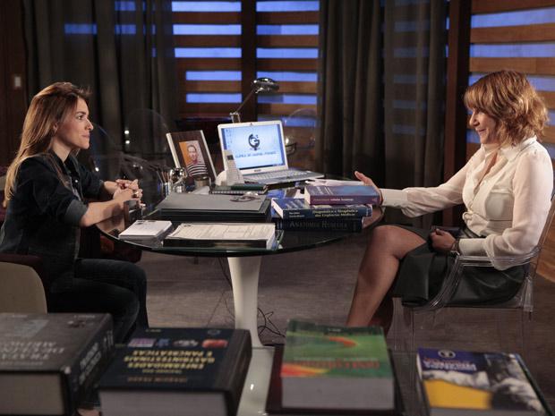 Danielle explica para Beatriz os procedimentos da doação de óvulo (Foto: Fina Estampa/TV Globo)