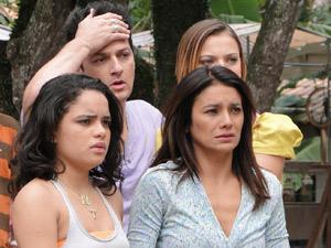 Celeste não sabe se vai denunciar o marido (Foto: Fina Estampa/TV Globo)