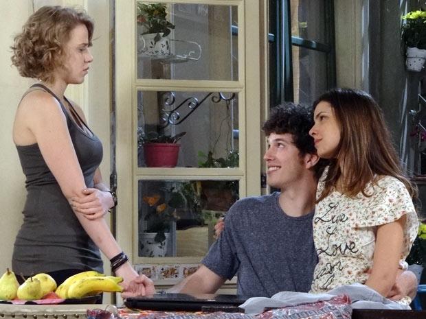 Misteriosamente, Gabriel consegue convencer Babi a se juntar à equipe de investigação do blog (Foto: Malhação / TV Globo)