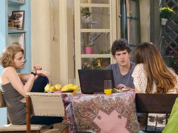 Gabriel fala para Babi e Cristal que vai retomar o blog Além da Intuição (Foto: Malhação / TV Globo)