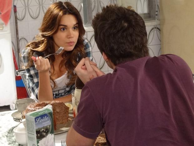 Natália conta que Ziggy a pediu em casamente e Guido declara que está apaixonado (Foto: Malhação / TV Globo)
